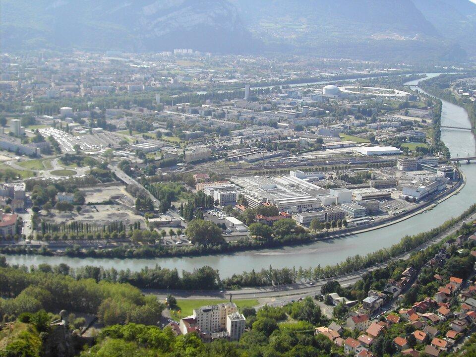 Na zdjęciu lotniczym miasto, rzeka, budynki mieszkalne izabudowa przemysłowa.