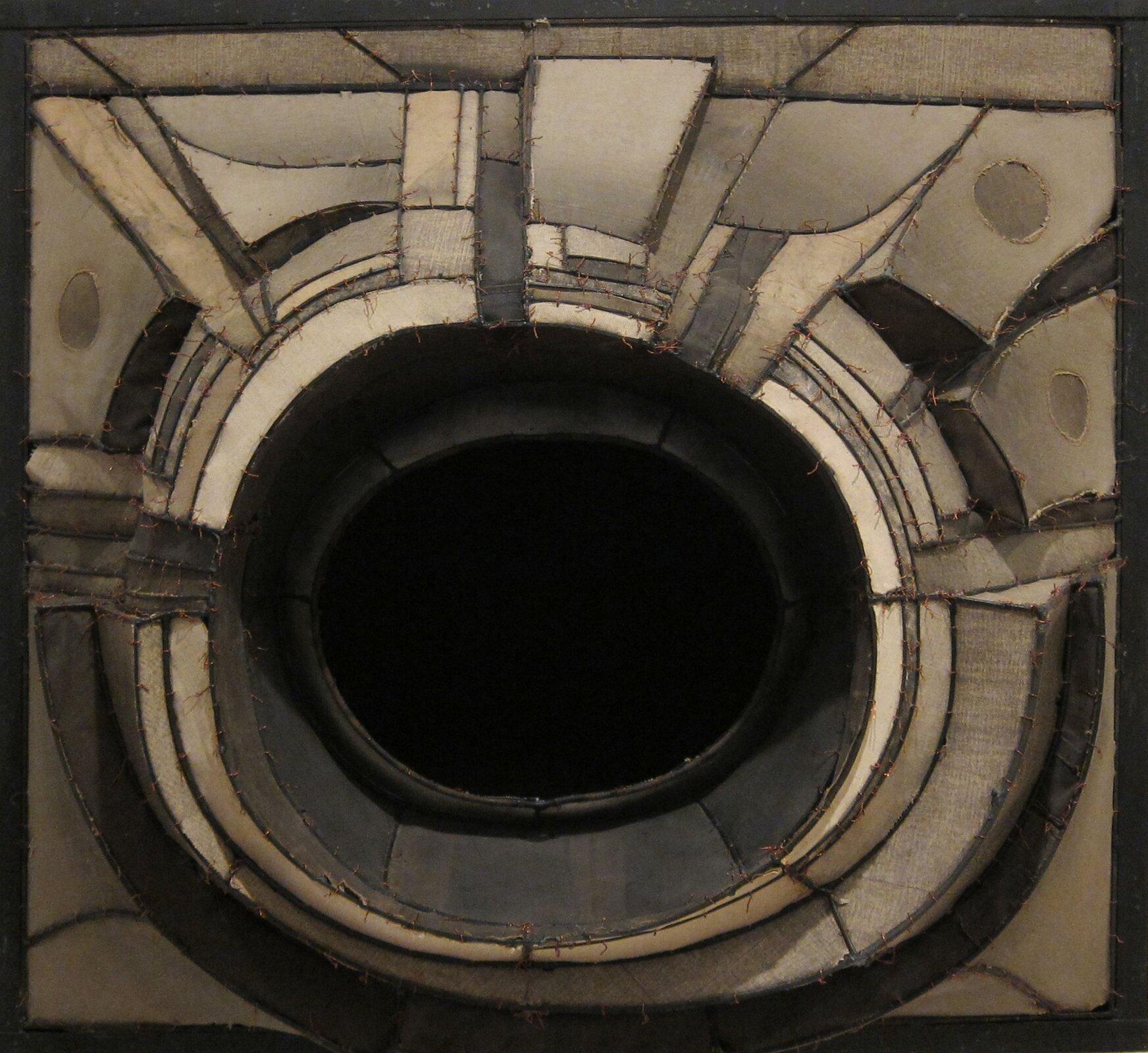 """Ilustracja przedstawia pracę """"Bez tytułu (35)"""" autorstwa Lee Bontecou. Zdjęcie ukazuje obiekt przestrzenny, złożony zwystających płaszczyzn okręgów tworzących formę przypominającą krater zdużym, czarnym otworem pośrodku. Całość wyłania się zprostokątnego obrazu. Praca utrzymana jest wwąskiej, beżowej tonacji. Artystka stworzyła obiekt na pograniczu malarstwa aprzestrzennej formy rzeźbiarskiej."""