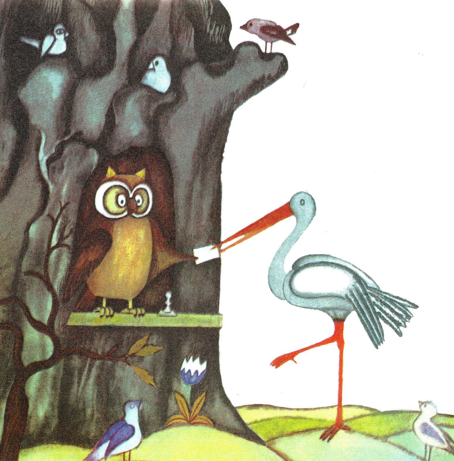 """Ilustracja przedstawia pracę Olgi Siemaszko zksiążki Jerzego Kiersta """"Biuro paszportowe"""". Ukazuje stare drzewo zdziuplą, wktórej stoi sowa. Przed drzewem, na jednej nodze stoi bocian iprzekazuje sowie karteczkę trzymaną wdziobie. Scenie przyglądają się ptaszki siedzące na drzewie istojące na polanie przed nim."""