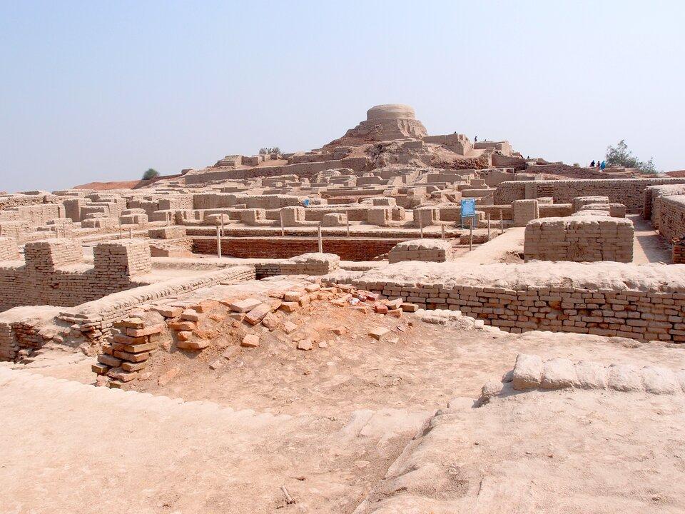 Na zdjęciu ruiny dawnego miasta. Regularny, prostokątny kształt pozostałości.