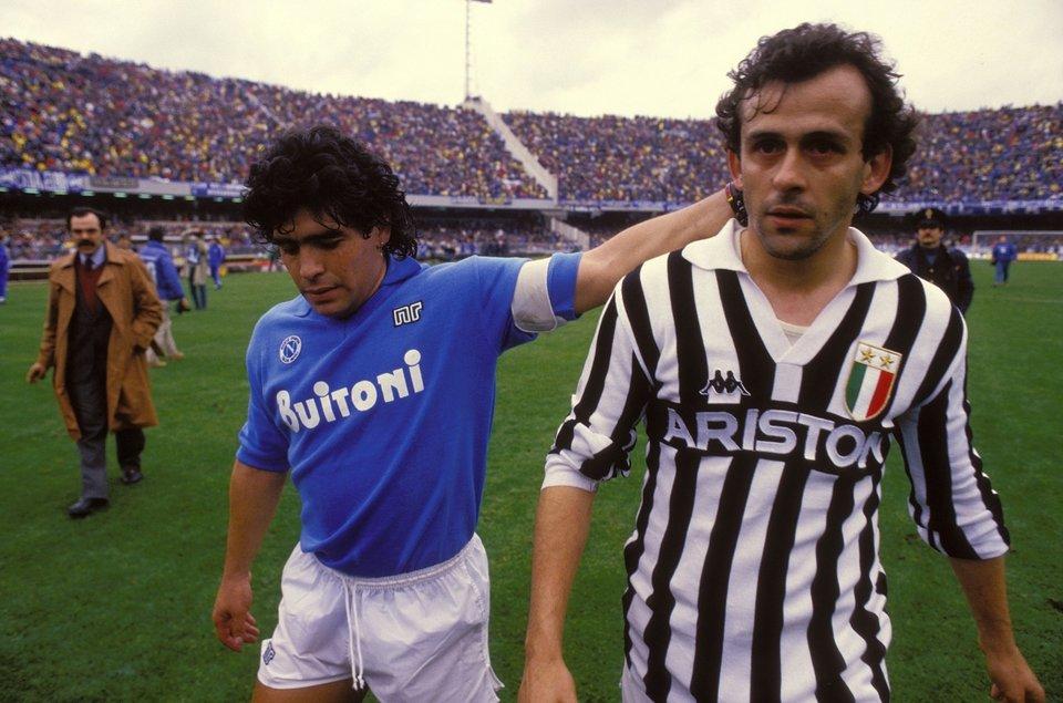 Diego Maradona iMichel Platini (po prawej) po meczuNapoli zJuventusem Diego Maradona iMichel Platini (po prawej) po meczuNapoli zJuventusem Źródło: domena publiczna.