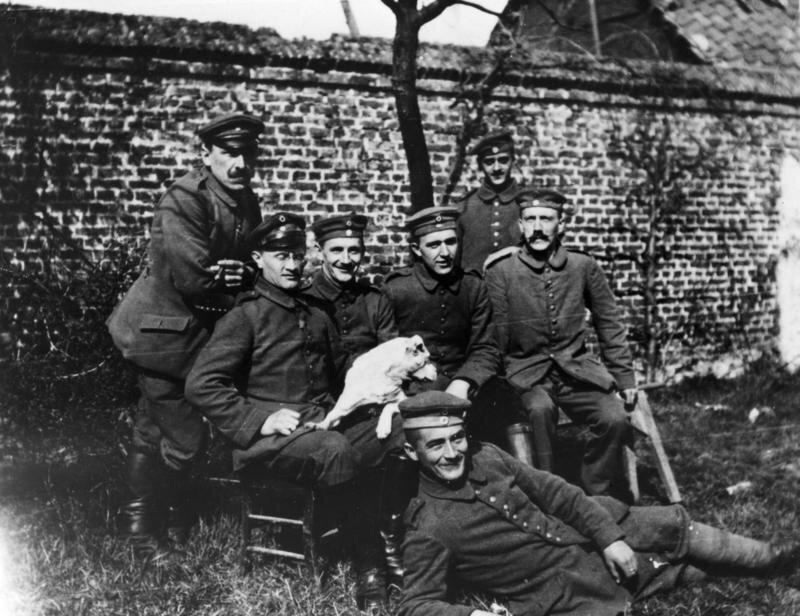 Grupa żołnierzy Bawarskiego PułkuPiechoty, wktórym służył Hitler Grupa żołnierzy Bawarskiego PułkuPiechoty, wktórym służył Hitler Źródło: domena publiczna.