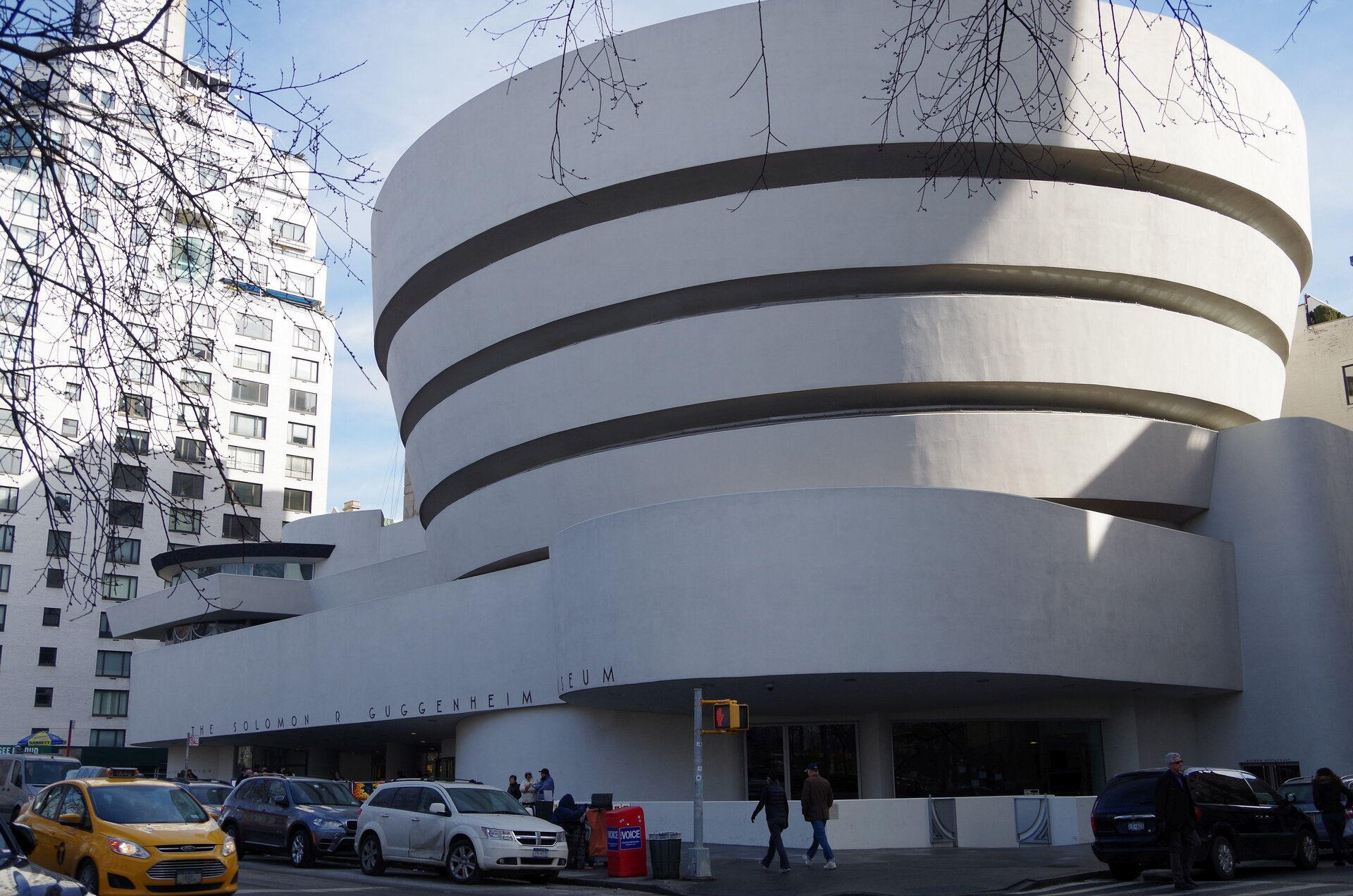 Ilustracja przedstawia budynek muzeum Gugenheima wNowym Yorku.