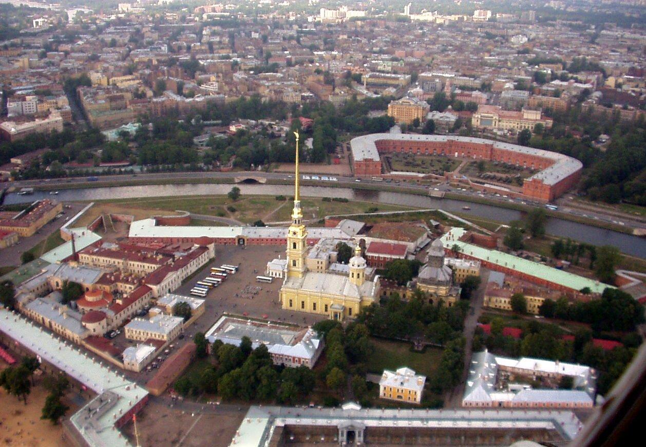 uTwierdza Pietropawłowska wPetersburgu – od wbudowania kamieniawęgielnego pod ten obiekt w1703 r. liczy się początek budowy Petersburga – wprzyszłości nowej stolicy Rosji. Źródło: Ssr, u, domena publiczna.