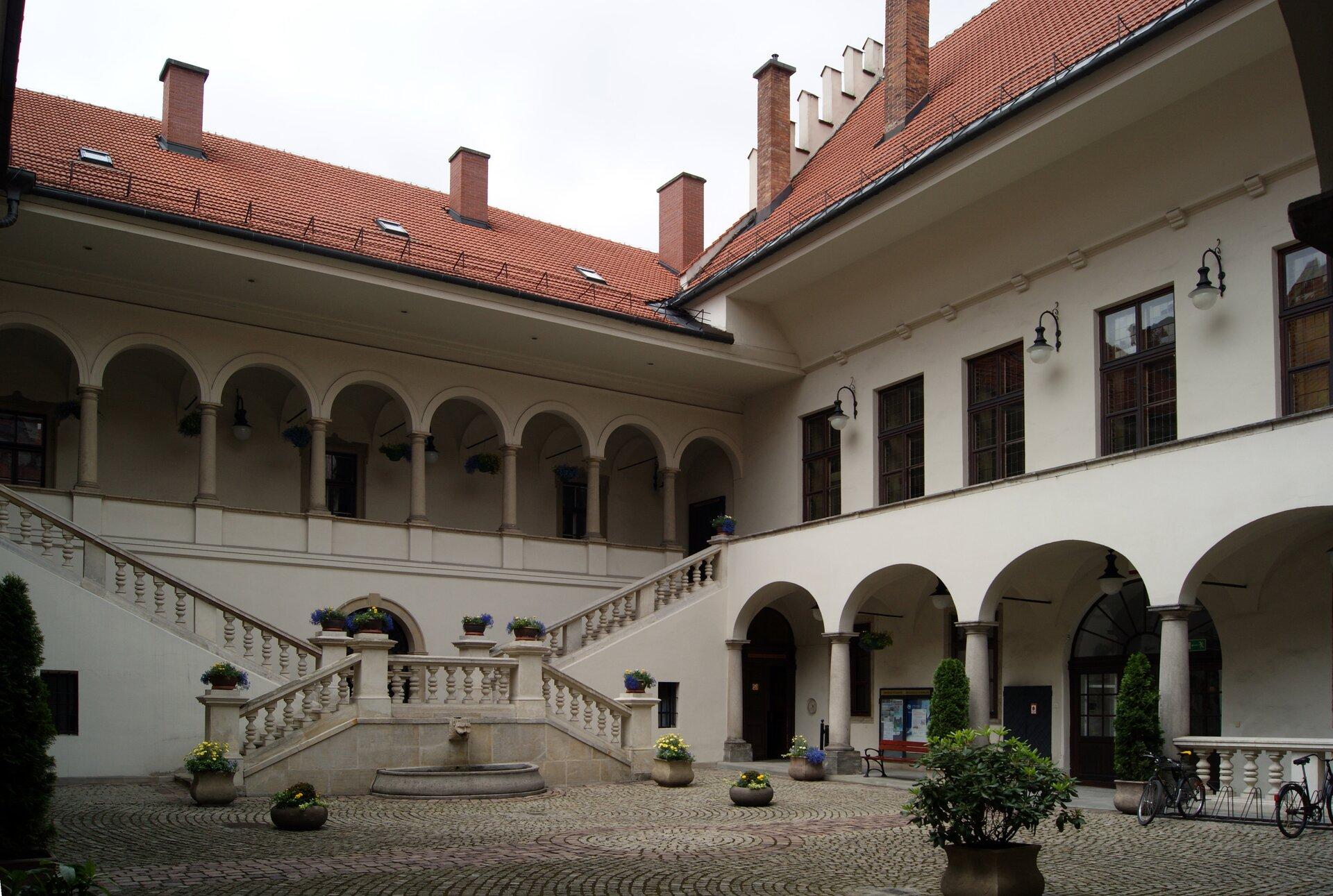 Kolegium Nowodworskiego, dziedziniec Źródło: Zygmunt Put, Kolegium Nowodworskiego, dziedziniec, 2012, fotografia, licencja: CC BY-SA 4.0.