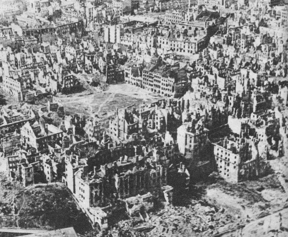 Zniszczona Warszawa, styczeń 1945 Źródło: M. Swierczynski, Zniszczona Warszawa, styczeń 1945, domena publiczna.