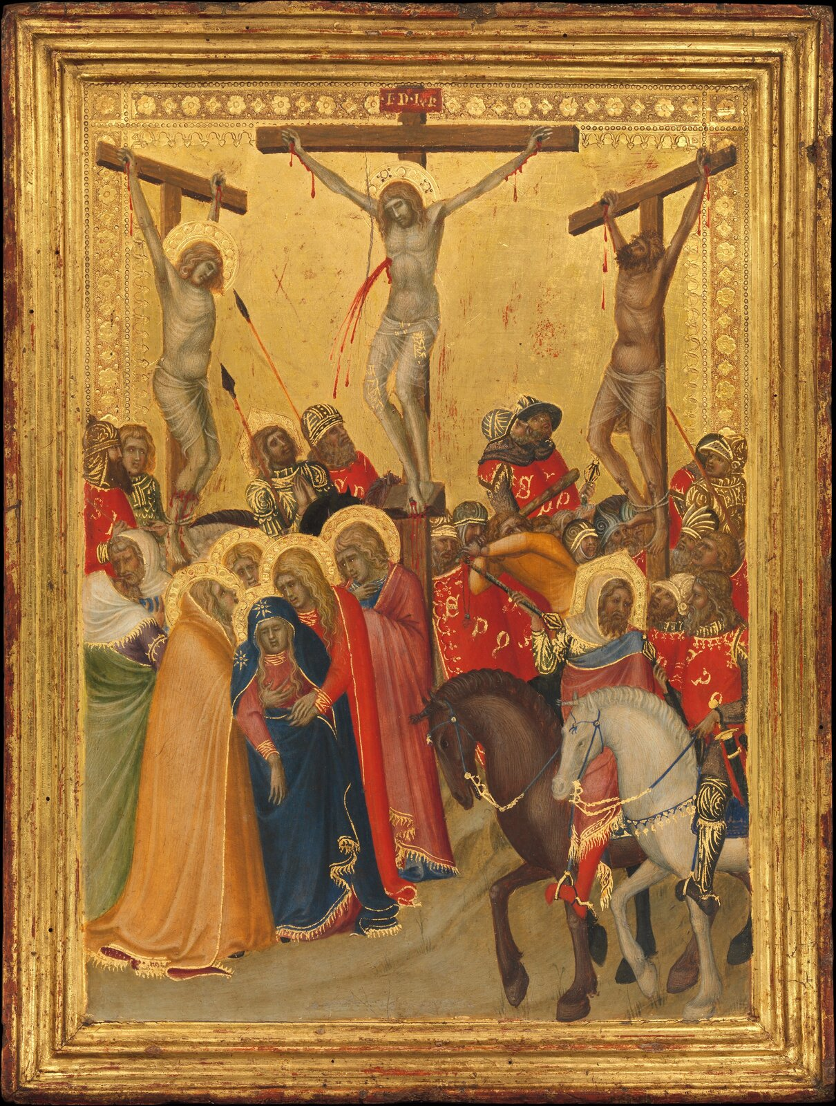 """Ilustracja interaktywna przedstawia obraz """"Ukrzyżowanie"""" autorstwa Pietro Lorenzettiego. Oprawiona wzłotą ramę tempera ukazuje scenę ukrzyżowania. Wcentralnym miejscu obrazu znajduje się Chrystus na krzyżu. Zjego boku wypływa strumień czerwonej krwi, głowę wieńczy aureola. Po lewej iprawej stronie sceny wiszą na krzyżach złoczyńcy. Pod krzyżem znajduje się grupka postaci wpowłóczystych, kolorowych strojach podtrzymująca omdlewającą Matkę Boską wczerwonej sukni iniebieskim płaszczu. Na pierwszym planie artysta umieścił dwóch rozmawiających ze sobą mężczyzn jadących na białym ibrązowym koniu. Za krzyżami znajdują się żołnierze, niektórzy znich przystanęli wpatrzeni wwiszące ciała skazańców. Pod krzyżami znajduje się również postać związanego, nagiego mężczyzny, który uniesioną lewą ręką próbuje uchronić się przed ciosami żołnierzy. Tło sceny stanowi złote niebo, otacza je ozdobny ornament. Dominującymi kolorami kompozycji jest złoto iczerwień."""