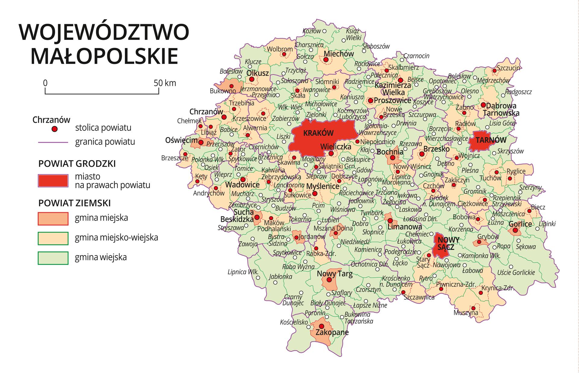 Mapa województwa małopolskiego. Na mapie fioletowymi liniami zaznaczono granice powiatów ziemskich, dużymi czerwonymi kropkami zaznaczono miasta będące stolicami powiatów. Wobrębie powiatów ziemskich kolorami wyróżniono gminy miejskie, miejsko-wiejskie iwiejskie. Czerwonym kolorem wyróżniono powiaty grodzkie zmiastami na prawach powiatu, miasta te opisano dużymi literami. Kolory iznaki użyte na mapie opisano wlegendzie. Wlegendzie podziałka liniowa.