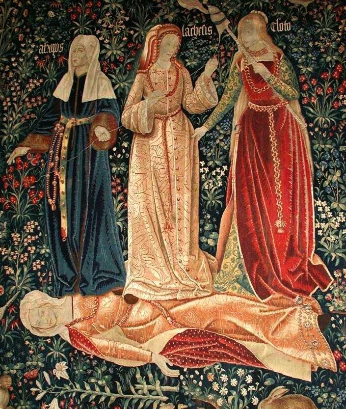 Trzy Mojry Wjaki sposób ukazano na gobelinie Mojry?Zwróć uwagę na mimikę, gesty oraz ukazane atrybuty. Źródło: Trzy Mojry, ok. 1520, gobelin, domena publiczna.