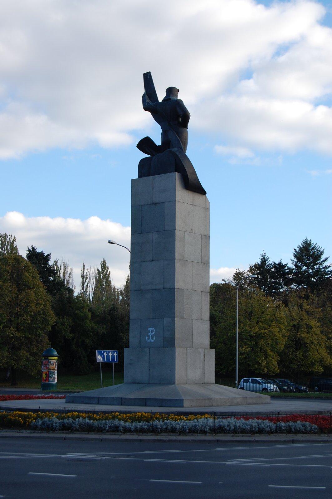 Pomnik Lotnika wWarszawie (widok z2007 roku) Pomnik Lotnika wWarszawie (widok z2007 roku) Źródło: Sfu, fotografia barwna, licencja: CC BY-SA 3.0.