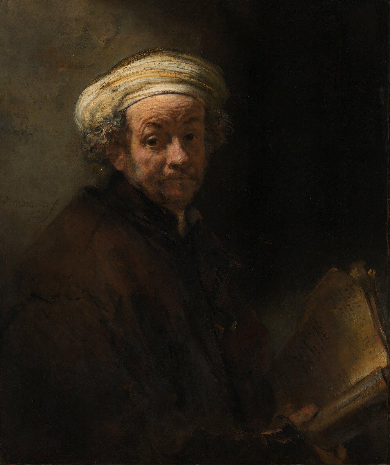 """Ilustracja przedstawia obraz Rembrandta van Rijna """"Autoportret jako Paweł Apostoł"""". Na ciemnym tle znajduje się malarz ukazany jako starszy mężczyzna. Ustawiony jest bokiem, ale głowę ma odwróconą centralnie ipatrzy wstronę widza. Ma na sobie brązowy strój. Na głowie założoną ma zawiniętą białą chustę, spod której wystają kręcone włosy. Broda pokryta jest zarostem. Wprawym ręku trzyma otwartą księgę. Tło obrazu utrzymane jest wszaro-brązowych barwach, jaśniejsze zlewej strony."""