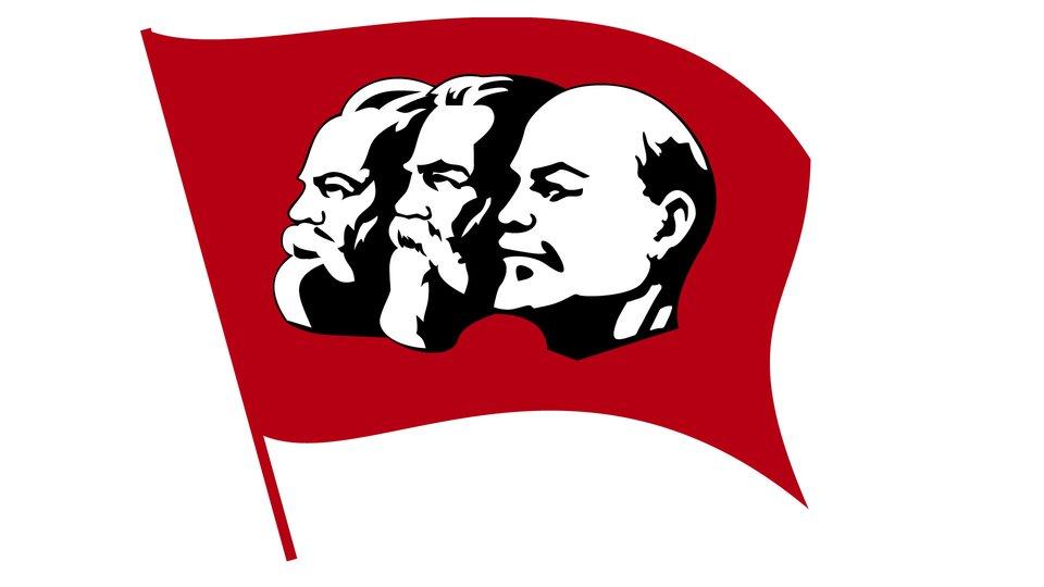 widaćczerwoną flage, na niej głowy Marksa, Engelsa iLenina