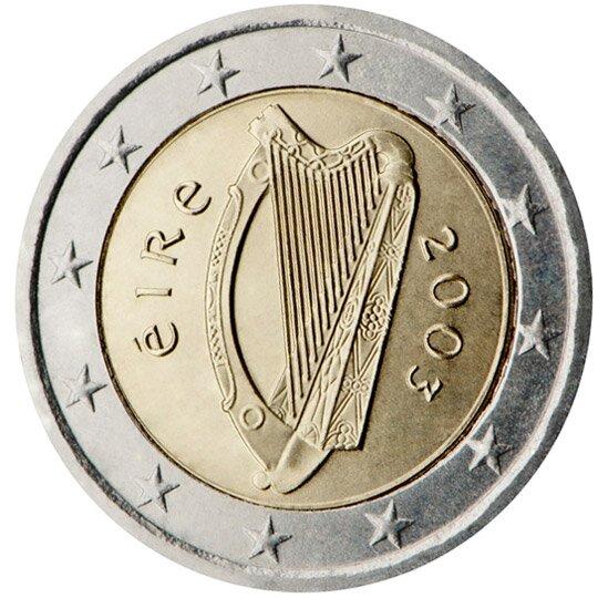 Ilustracja przedstawia rewers monety. Po środku harfa obok napis: eire idata dwa tysiące trzy. Wszystko otacza dwanaście gwiazd.