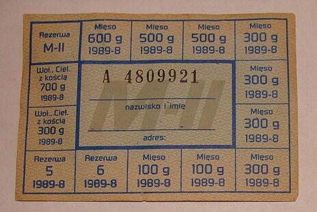 Osobne kartki obowiązywały na zakup mięsa. Osobne kartki obowiązywały na zakup mięsa. Źródło: Przemysław Sakrajda, Wikimedia Commons, licencja: CC BY-SA 3.0.