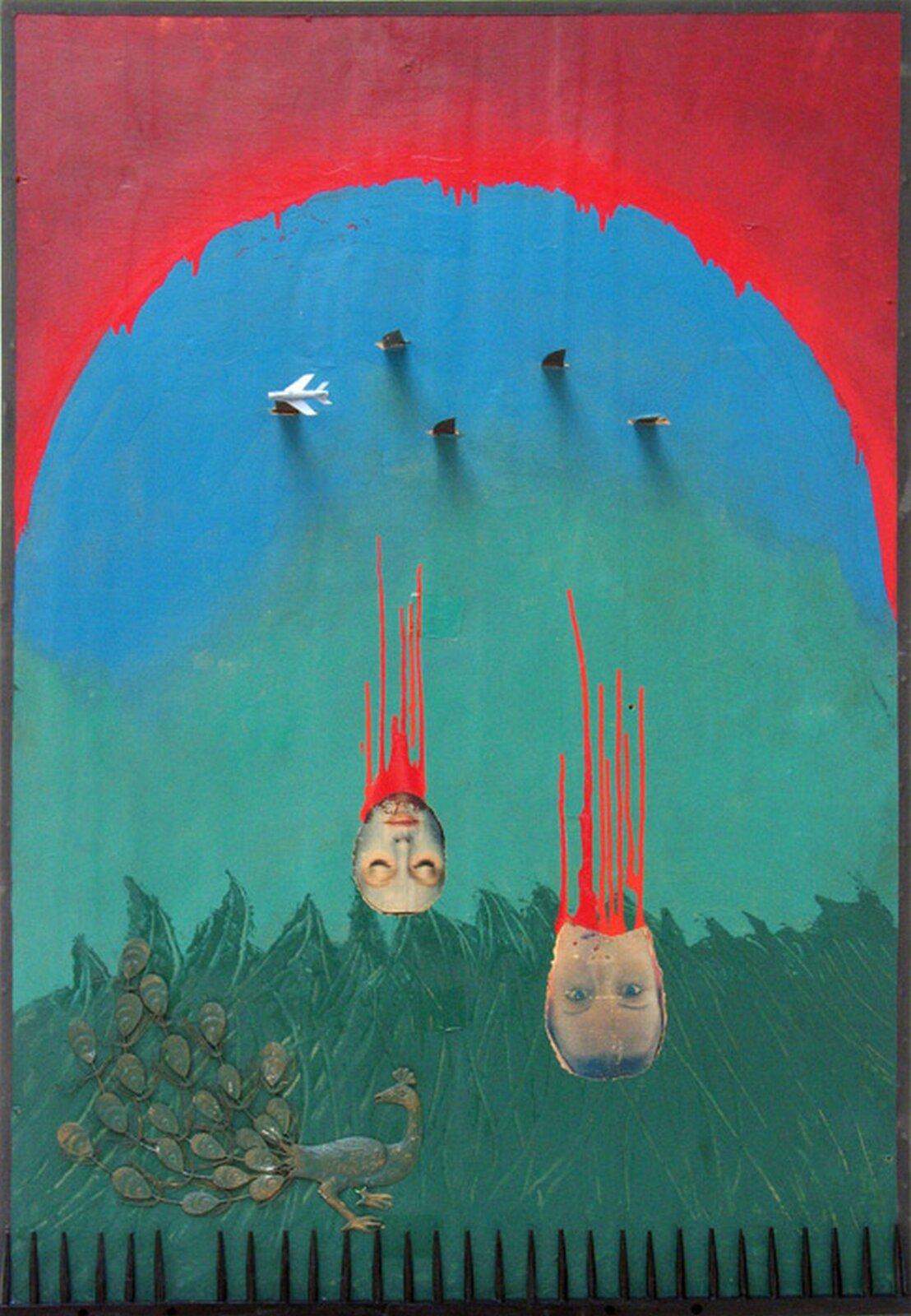"""Ilustracja przedstawiająca asamblaż Władysława Hasiora pt. """"Napad na arkadię"""". Przedstawia on samolot zrzucający bomby, pod którym znajdują się krwawiące głowy. Pod głowami znajduje się paw."""