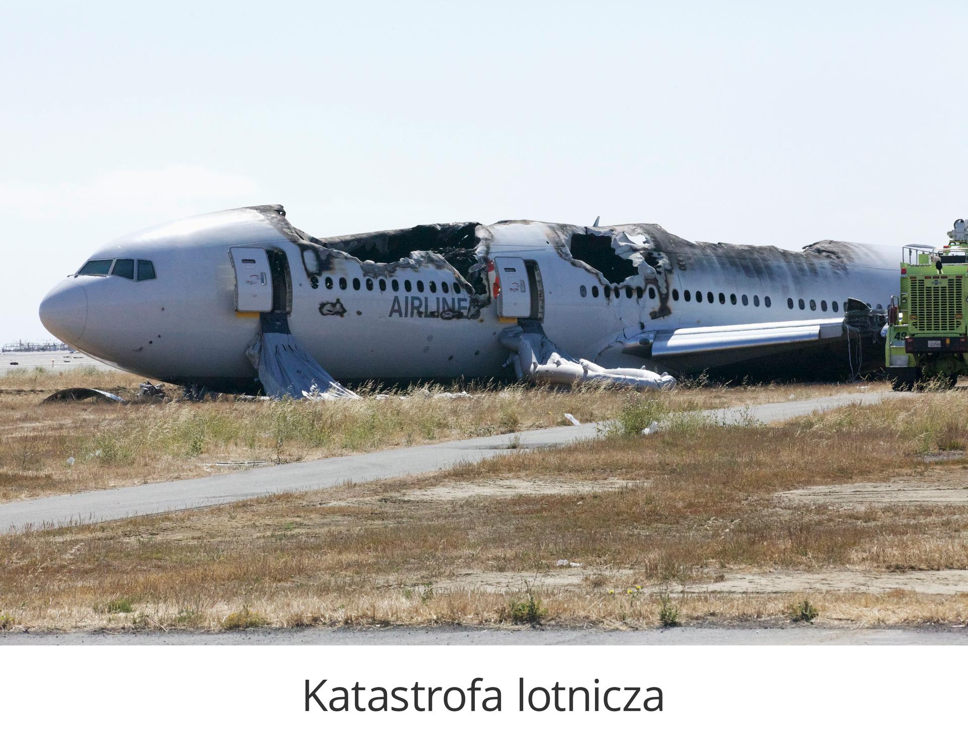 Zdjęcie 3 to katastrofa lotnicza. Rozbite kawałki samolotu ułożone wzdłuż piaszczystego terenu. Kokpit samolotu znajduje się po lewej stronie zdjęcia.