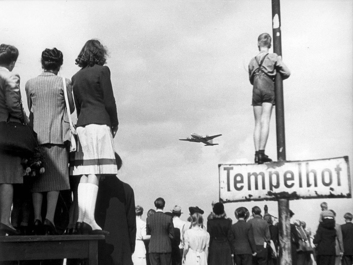 Wszczytowym okresie blokady Berlina samoloty na lotnisku Tempelhof lądowały co półtorej minuty. Na zdjęciu widać berlińczyków obserwujących jeden znich w1948 r. Jakie emocje musiały im towarzyszyć?