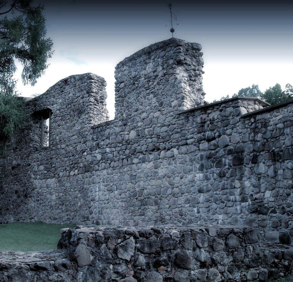 Pozostałości murów miejskich Wolmaru Oblężenie Wolmaru (obecnie Valmiera, Łotwa) trwało od października do grudnia 1601 roku podczas wojny polsko-szwedzkiej 1600-1611. Wojska polskie prowadził hetman wielki koronny Jan Zamoyski, aobroną twierdzy dowodził marszałek polny Carl Carlsson Gyllenhielm. Wpoczątkowej fazie oblężenia brał udział król Zygmunt III Waza, lecz dopiero po jego odjeździe do Wilna zaczęły się regularne prace oblężnicze. Po powstaniu - na skutek ostrzału artyleryjskiego - wyłomów wmurze, Zamoyski podjął decyzję oszturmie. Szwedzi skapitulowali, aGyllenhielm dostał się do niewoli. Źródło: Ivo Kruusamägi, Pozostałości murów miejskich Wolmaru, fotografia, licencja: CC BY-SA 3.0, [online], dostępny winternecie: https://upload.wikimedia.org/wikipedia/commons/8/85/Valmiera_linnusevaremed.JPG [dostęp 7.12.2015 r.].