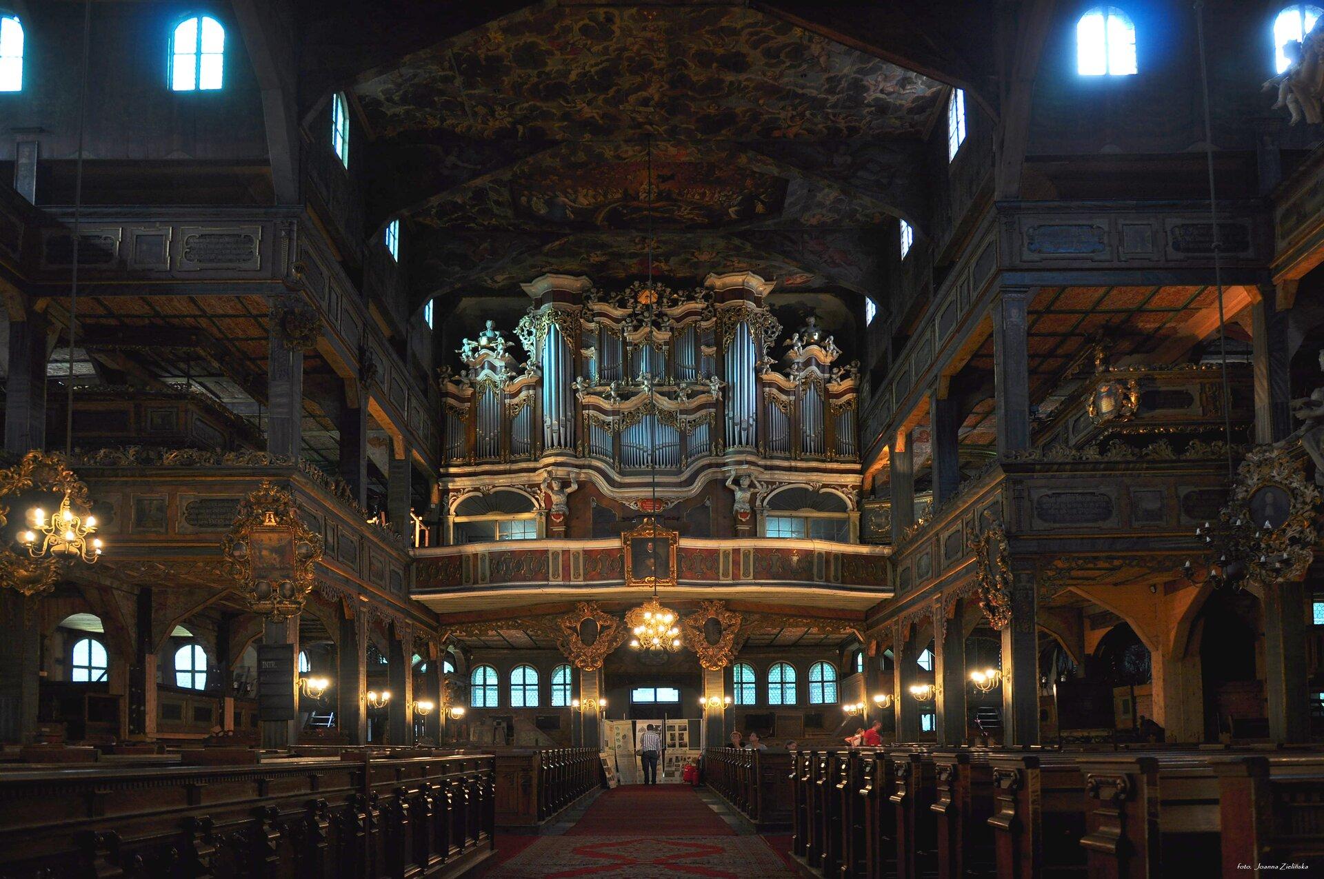 Wnętrze Kościoła Pokoju, widok naprospekt organowy. Wnętrze Kościoła Pokoju, widok naprospekt organowy. Źródło: Joanna Zielińska, licencja: CC BY-SA 4.0, [online], dostępny winternecie: wikimedia.