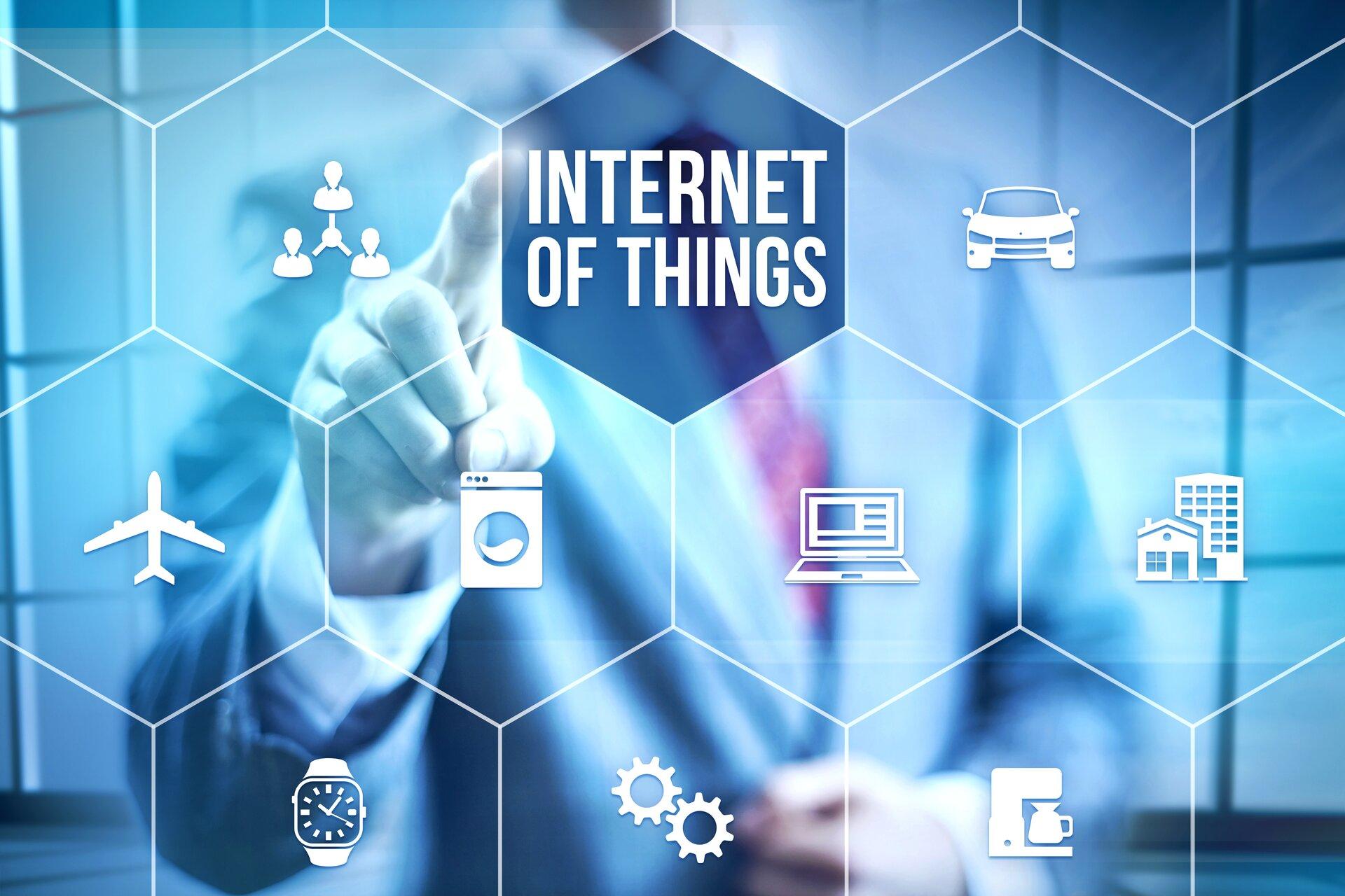 Ilustracja przedstawia przyszłość Internetu. Ukazuje ona zastosowanie sieci wkażdej dziedzinie ludzkiego życia. Wżyciu codziennym, przemyśle itransporcie. Na grafice wykorzystano ikony: samolotu, pralki, laptopa, budownictwa, zegarka, koło zębate, ekspres do kawy oraz samochód.