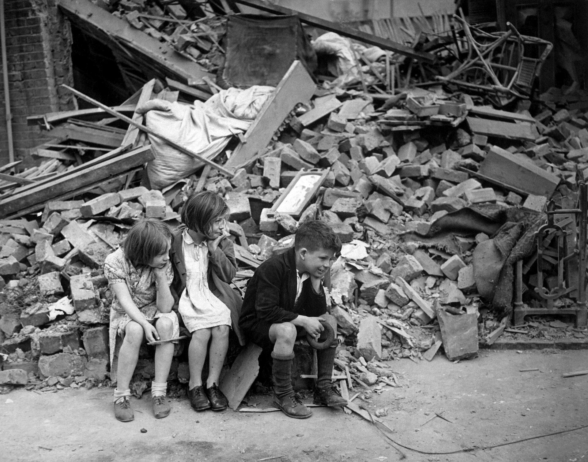 Dzieci na zbombardowanej ulicy Londynu. Dzieci na zbombardowanej ulicy Londynu. Źródło: domena publiczna.