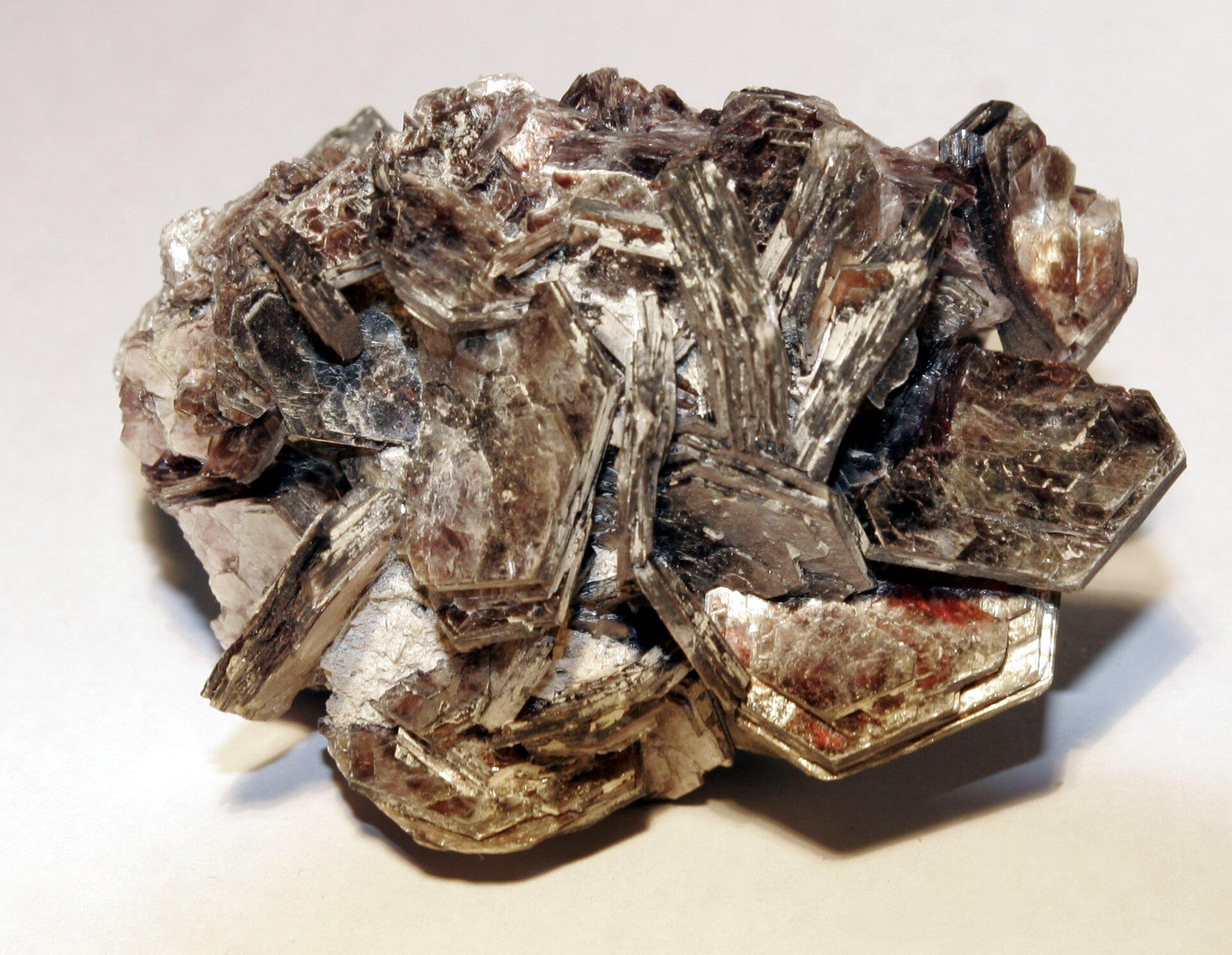 Na zdjęciu minerał. Jest to mika. Tabliczkowe kryształy oprzekroju sześciokąta. Tworzy blaszkowe zbite skupienia. Kolor brunatny, srebrzysty. Połyskuje.