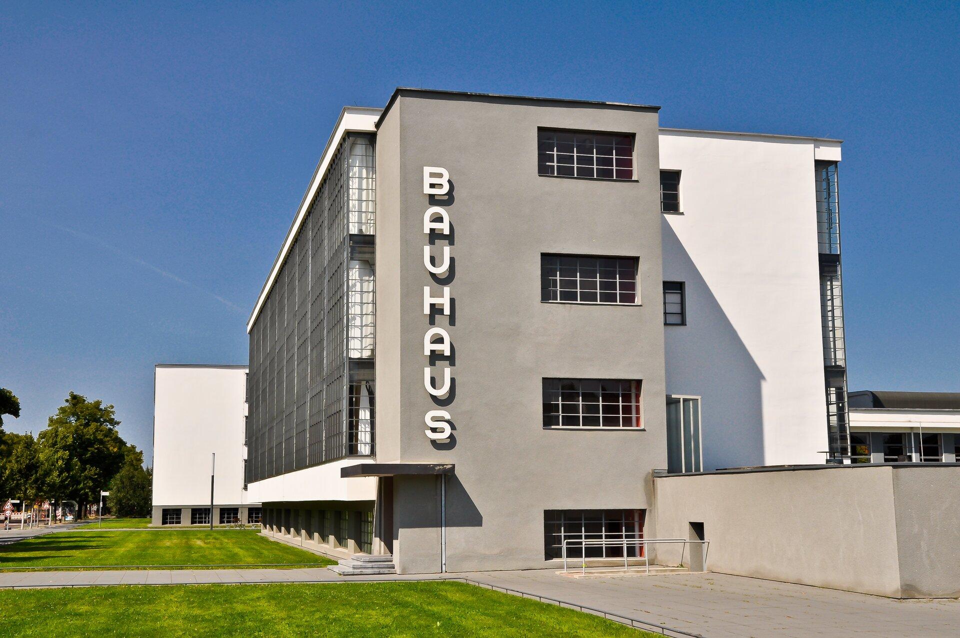 Ilustracja przedstawia budynek Bauhausu wDessau.