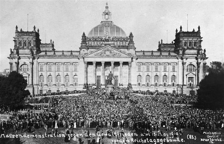 Demonstracja przed budynkiem Reichstaguprzeciwko podpisaniu traktatu wersalskiego Demonstracja przed budynkiem Reichstaguprzeciwko podpisaniu traktatu wersalskiego Źródło: domena publiczna.