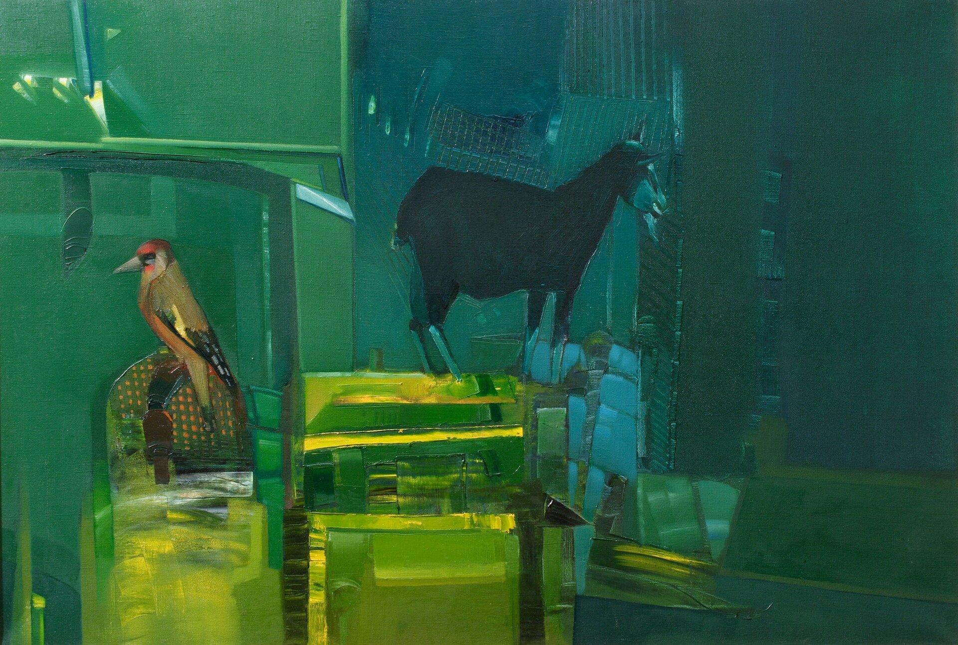 """Ilustracja przedstawia obraz olejny """"Rozstanie"""" autorstwa Piotra Klugowskiego. Dzieło ukazuje kompozycję na pograniczu abstrakcji ifiguracji. Wcentrum znajduje się kolorowy dzięcioł iciemna sylwetka kozy. Odwrócone do siebie tyłem postacie zwierząt namalowane są syntetycznie. Umieszczone są na oddzielnych podestach, składających się zmalowanych impasto, różnej wielkości, zielono-żółtych brył. Tło podzielone jest na dwie płaszczyzny. Dzięcioł znajduje się na tle mniejszego, zielonego prostokąta natomiast koza na tle większego niebiesko-zielonego. Obraz cechuje się dużym, niemal kubistycznym uproszczeniem form. Dla artysty nie jest ważny detal. Przy pomocy prostych środków wyrazu stara się oddać charakter przedstawionych przedmiotów. Praca wykonana została wwąskiej, niebiesko-zielonej gamie barw zakcentami żółci."""