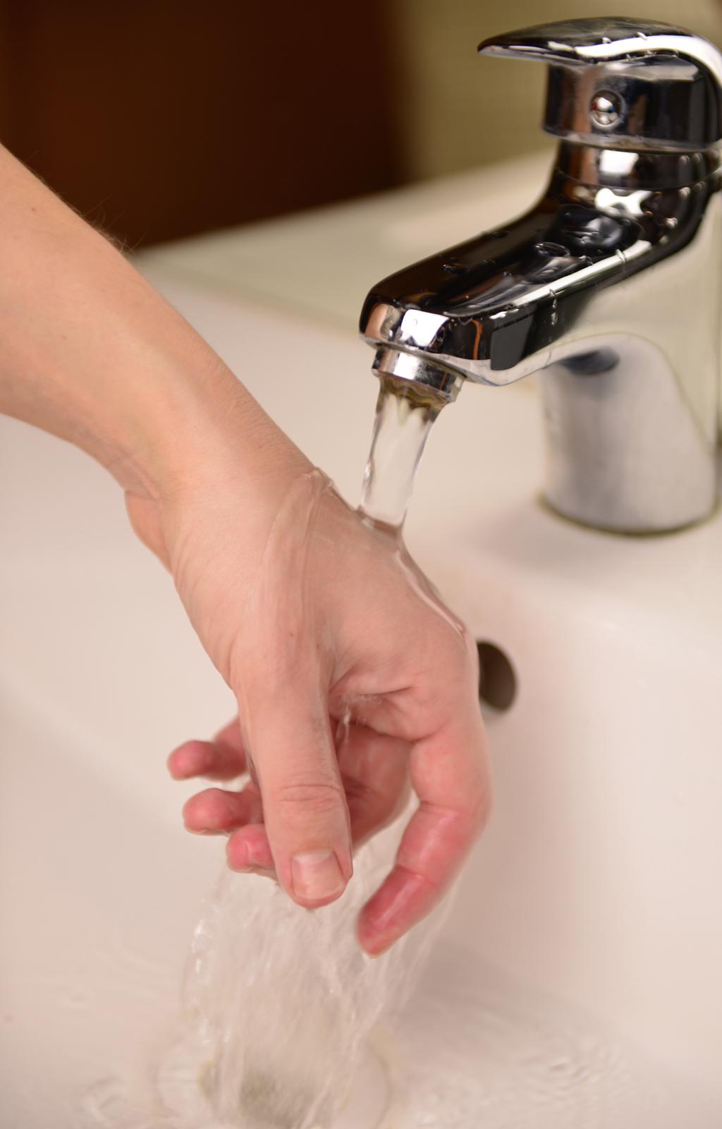 Zdjęcie ręki pod bieżącą wodą
