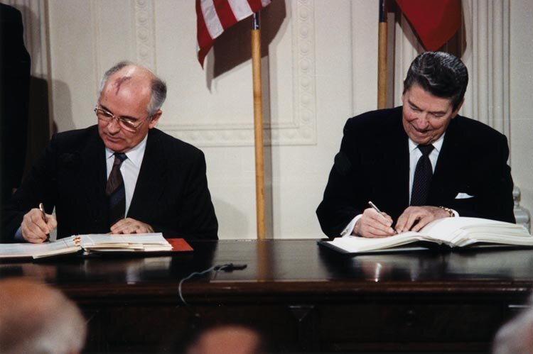 Michaił Gorbaczow i Ronald Reagan Źródło: White House Photographic Office, Michaił Gorbaczow i Ronald Reagan , Fotografia, The Ronald Reagan Library, domena publiczna.