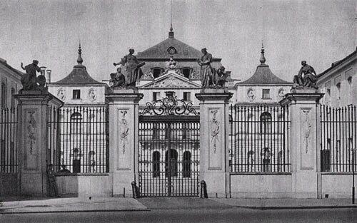 Pałac Brühla (Pałac Sandomierski) wWarszawie Pałac Brühla (Pałac Sandomierski) wWarszawie Źródło: przed 1939, domena publiczna.