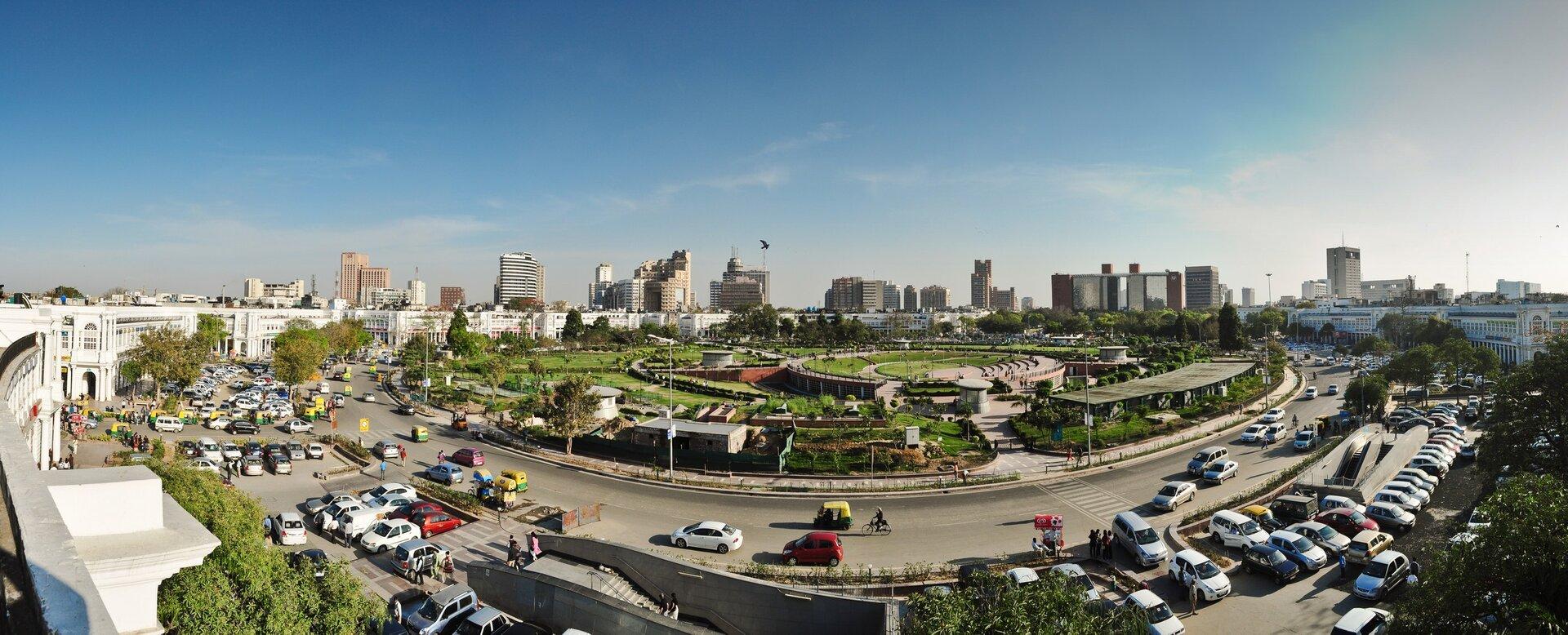 Na zdjęciu nowoczesna zabudowa miejska, ulice iparkingi.