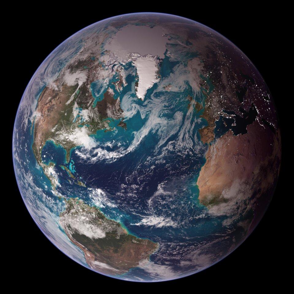Ilustracja przedstawia zdjęcie satelitarne Ziemi. Po lewej stronie kuli ziemskiej znajduje się Ameryka Północna iPołudniowa, wcentralnej części Ocean Atlantycki, po prawej stronie zanjdują się Afryka iEuropa. Wgórnej części Grenlandia pokryta lądolodem iczapa lodowa pokrywająca Ocean Arktyczny. Kula ziemska gdzieniegdzie przysłonięta obłokami chmur.