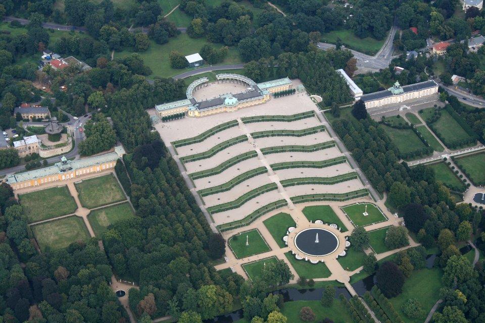 Pałac Sanssouci wPoczdamie Pałac Sanssouci wPoczdamie Źródło: Sven Scharr, Wikimedia Commons, licencja: CC BY 3.0.