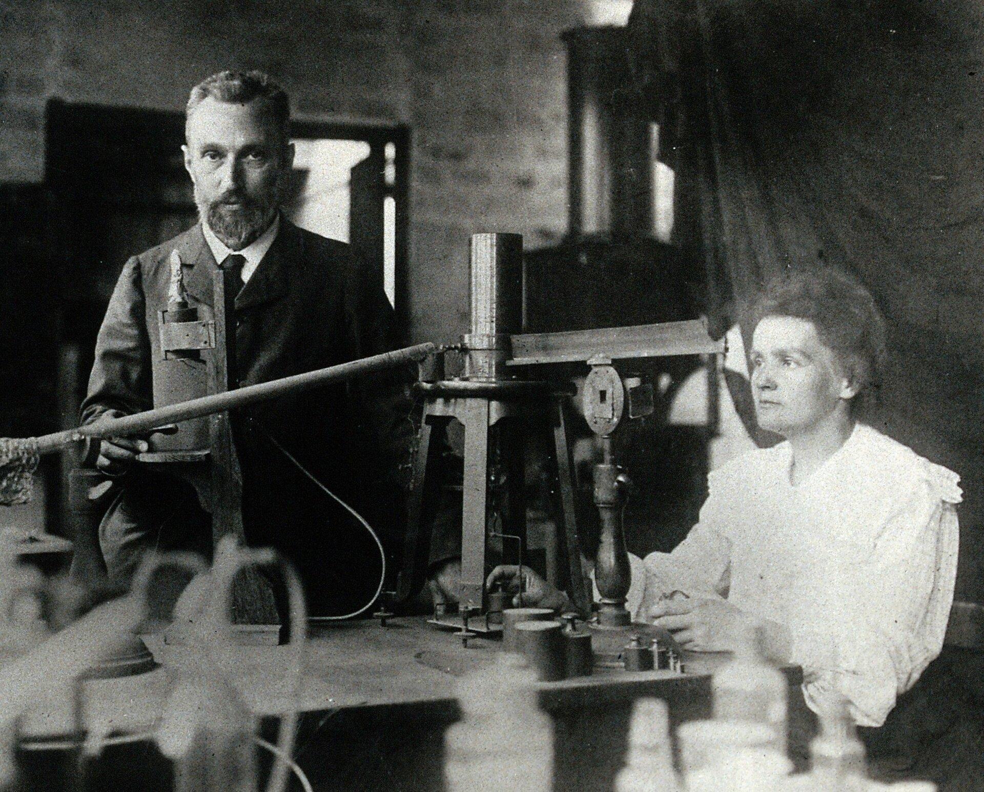 Maria iPiotr Curie wlaboratorium Źródło: Maria iPiotr Curie wlaboratorium, 1904, domena publiczna.