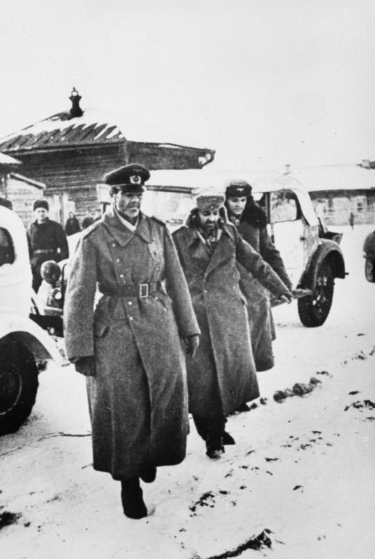 Feldmarszałek Friedrich von Paulus udający się do niewoli radzieckiej Feldmarszałek Friedrich von Paulus udający się do niewoli radzieckiej Źródło: licencja: CC BY-SA 3.0.