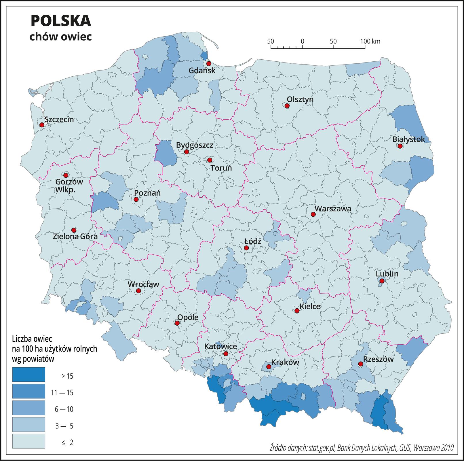 Ilustracja przedstawia mapę Polski zpodziałem na powiaty, na której za pomocą kolorów przedstawiono liczbę sztuk owiec na sto hektarów użytków rolnych wg powiatów. Na mapie czerwonymi liniami oznaczono granice województw, aczarnymi granice powiatów, czerwonymi kropkami oznaczono miasta wojewódzkie ije opisano. Najciemniejszymi odcieniami koloru niebieskiego oznaczono obszary, gdzie występuje powyżej dziesięciu sztuk owiec na sto hektarów użytków rolnych. Są to tereny górskie wwojewództwie śląskim, małopolskim ipodkarpackim. Od sześciu do dziesięciu sztuk owiec na sto hektarów użytków rolnych występuje wpojedynczych powiatach wwojewództwie podlaskim, pomorskim, kujawsko-pomorskim iwielkopolskim. Pozostała część Polski oznaczona jest kolorem błękitnym obrazującym najmniejsze występowanie owiec – poniżej pięciu sztuk na sto hektarów użytków rolnych. Poniżej mapy wlegendzie opisano kolory użyte na mapie.