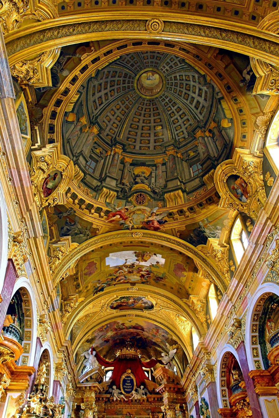 Malarstwoiluzjonistyczne wkościele jezuitów wWiedniu (XVII w.). Na sklepieniu namalowano widok, który stwarza iluzję, że kościół zwieńczony jest kopułą. Malarstwoiluzjonistyczne wkościele jezuitów wWiedniu (XVII w.). Na sklepieniu namalowano widok, który stwarza iluzję, że kościół zwieńczony jest kopułą. Źródło: Alberto Fernandez, Wikimedia Commons, licencja: CC BY-SA 3.0.