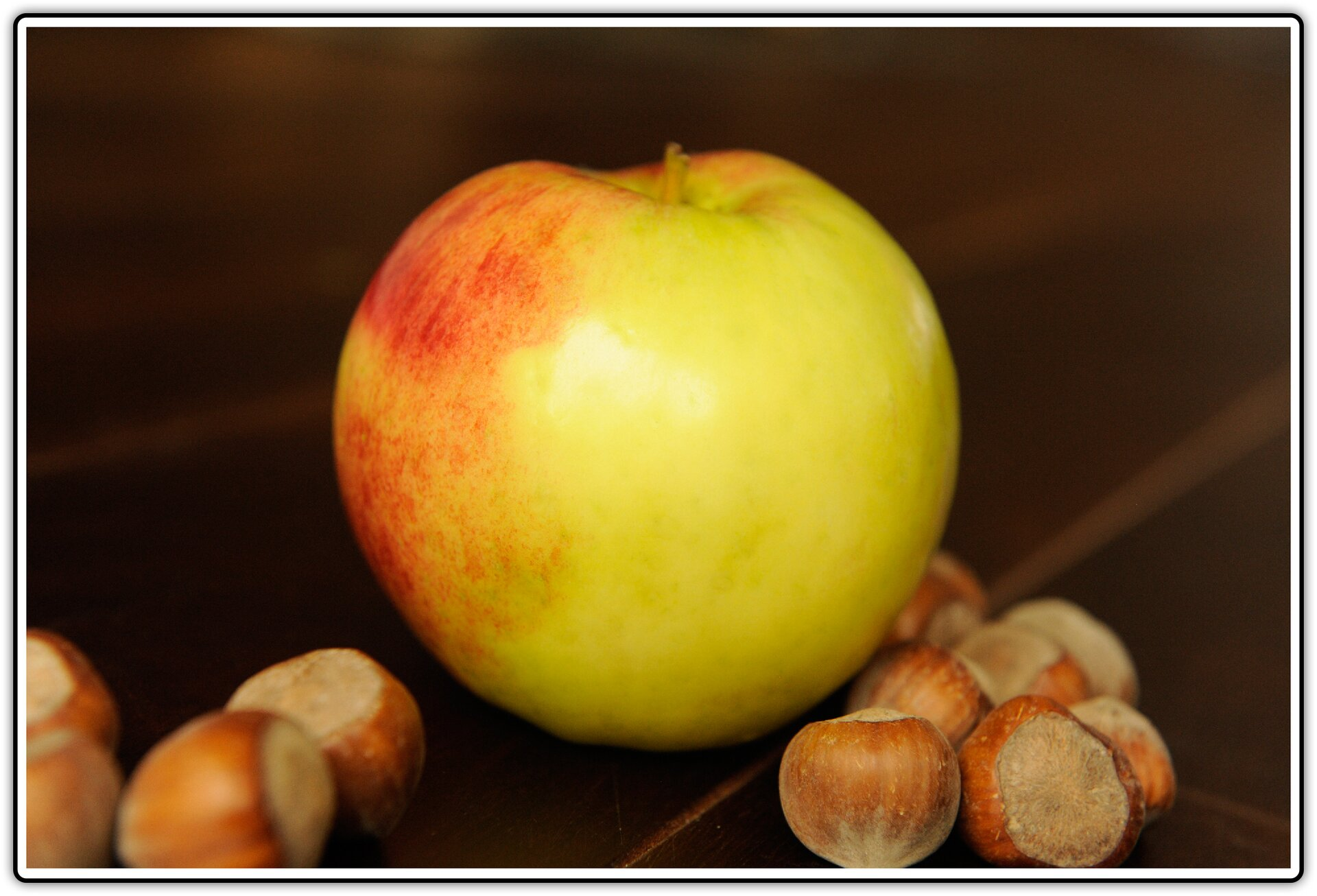 Fotografia przedstawiająca jabłko iorzechy laskowe