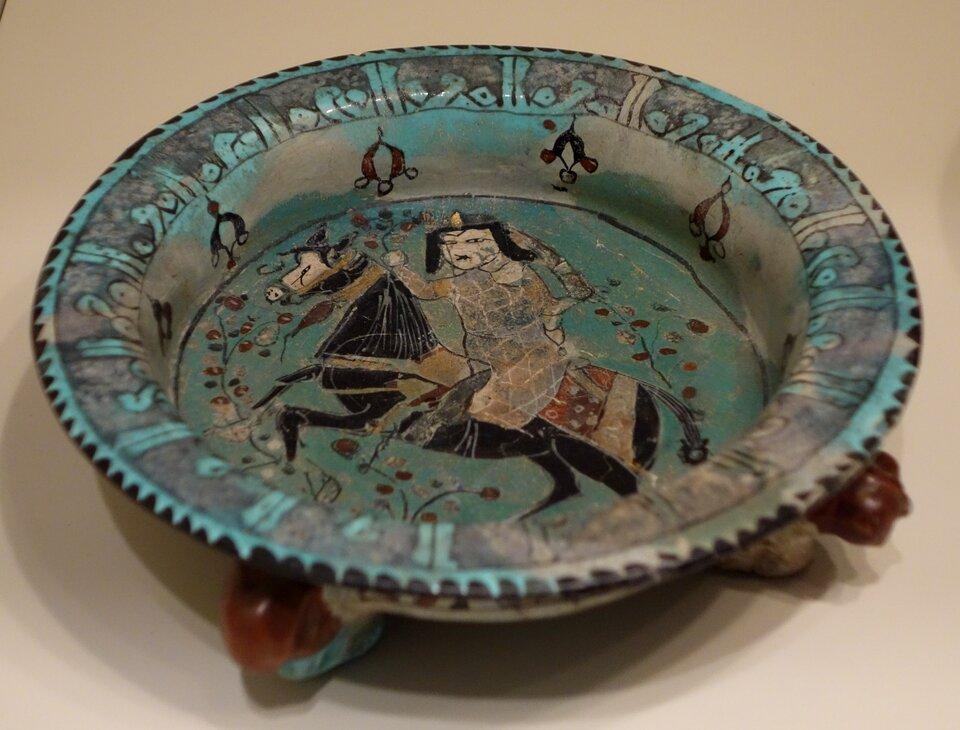 Naczynie zjeźdźcem Źródło: Daderot, Naczynie zjeźdźcem, fotografia, Cincinnati Art Museum, licencja: CC 0 1.0.
