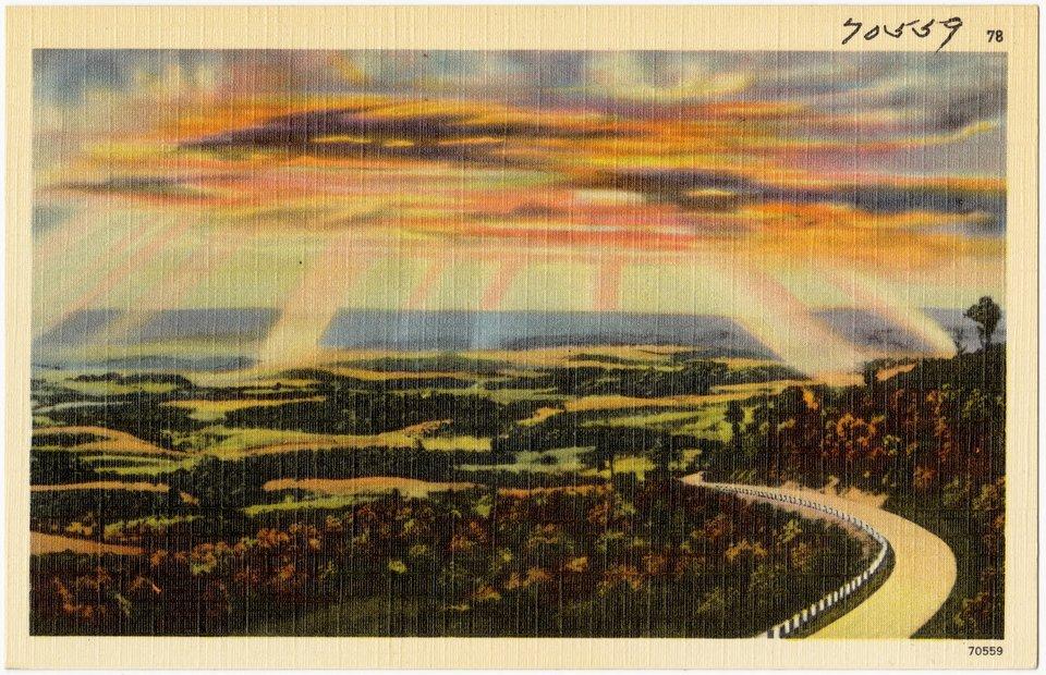 Zachód słońca nad drogą Źródło: John Myerly Company, Zachód słońca nad drogą, ok. 1930–1945, Boston Public Library Tichnor Brothers, domena publiczna.