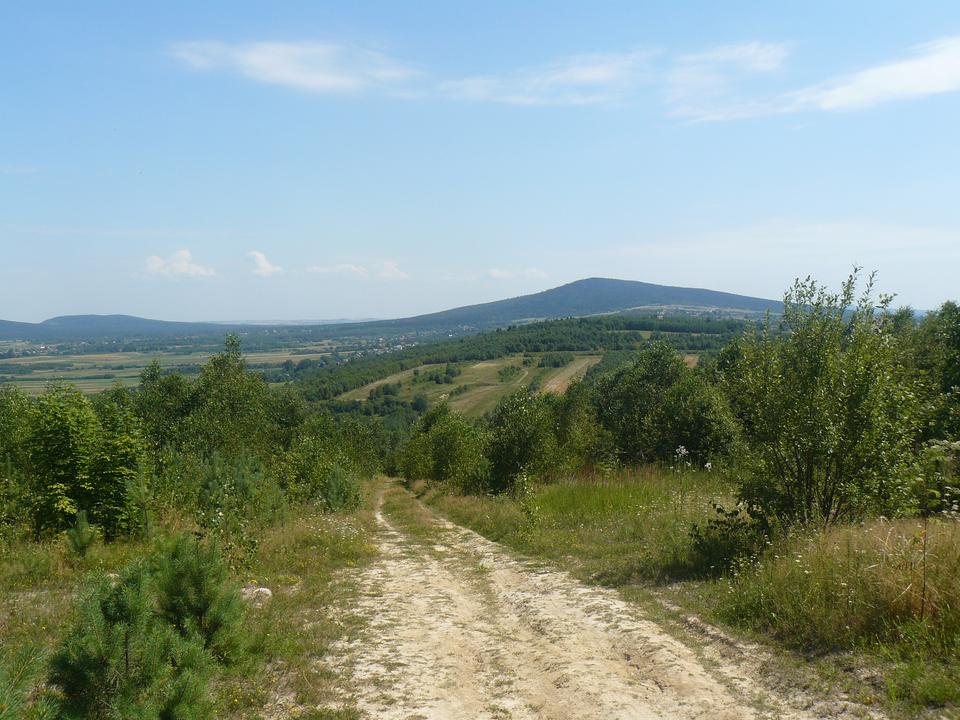 Zdjęcie ukazujące panoramę Gór Świętokrzyskich, zwidokiem na Łysicę.