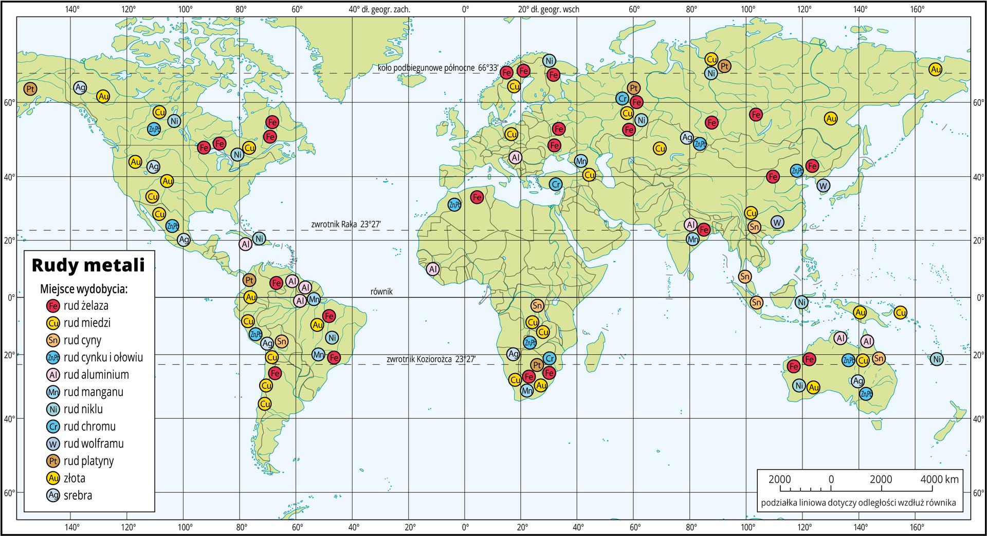 Ilustracja przedstawia prostokątną mapę świata. Kontynenty oznaczono kolorem zielonym, morza ioceany kolorem niebieskim. Na mapie jest siatka kartograficzna, gdzie południki irównoleżniki przecinają się pod kątami prostymi. Wokół mapy jest ramka, na której opisano wartości długości iszerokości poszczególnych południków irównoleżników. Siatka opisana jest co dwadzieścia stopni. Na mapie niebieskimi liniami oznaczone są rzeki, niebieskimi powierzchniami jeziora, szarymi liniami granice pomiędzy państwami. Na wszystkich kontynentach rozrzucone są kolorowe kółeczka zopisanymi wśrodku symbolami metali, np. Fe – żelaza, Cu – miedzi, Au – złota. Kółeczka te to sygnatury oznaczające występowanie rud danego metalu. Wlewym dolnym rogu znajduje się legenda objaśniająca, co która sygnatura oznacza. Na górze legendy jest tytuł mapy: Rudy metali. Wprawym dolnym rogu jest podziałka liniowa pokazująca odcinki co dwa tysiące kilometrów. Przy podziałce jest uwaga: podziałka liniowa dotyczy odległości wzdłuż równika.