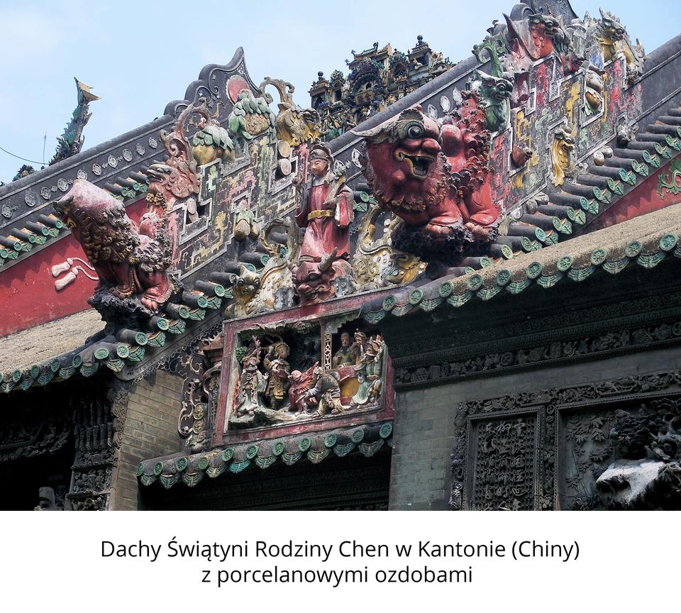 Zdjęcie przedstawia zbliżenie na bogato zdobione dachy Świątyni Rodziny Chen wchińskim Kantonie. Fotograf skupił uwagę na fantazyjnych iwielobarwnych porcelanowych ozdobach przedstawiających smoki idemoniczne istoty, jakie znajdują się na krawędziach dachów. Podpis pod zdjęciem opisuje miejsce wykonania fotografii.