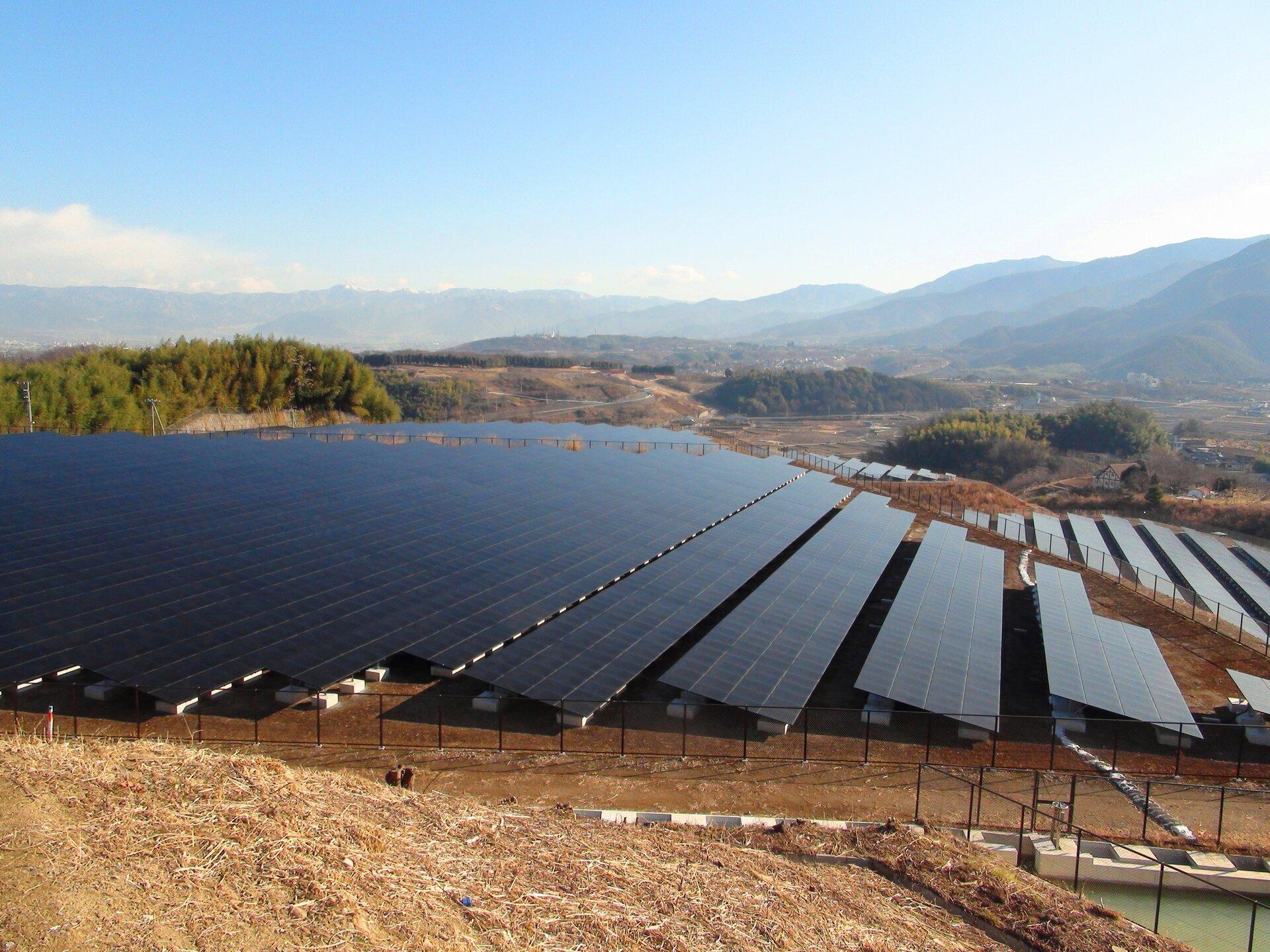 Elektrownia fotowoltaiczna wokolicach Nagoi – wykorzystuje ona promieniowanie słoneczne do produkcji energii elektrycznej