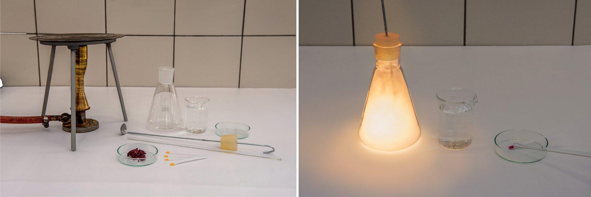 Ilustracja składa się zdwóch sąsiadujących ze sobą zdjęć. Na zdjęciu po lewej stronie prezentowany jest zestaw laboratoryjny składający się zpalnika gazowego nad którym ustawiono trójnóg zsiatką do ogrzewania, długa łyżka do spalań zkorkiem, szklana bagietka, kolba stożkowa, zlewka zwodą, szalka Petriego, papierki wskaźnikowe idruga szalka Petriego zniewielką ilością czerwonawego proszku. Na zdjęciu po prawej stronie prezentowany jest wynik doświadczenia. Kolba złyżką do spalania zatkana jest korkiem, wewnątrz kolby biały dym iświatło płomienia, na dnie niewielka ilość wody. Obok zlewka zwodą ipapierek wskaźnikowy umieszczony na szlace Petriego zabarwiony na czerwono oraz oparta oszalkę bagietka.