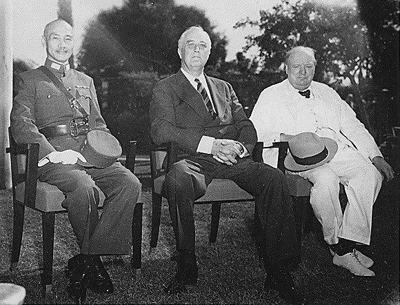 Konferencja wKairze Od lewej: CzangKaj-szek, Franklin D. Roosevelt, Winston Churchill Źródło: Konferencja wKairze, Archiwum Narodowe USA, domena publiczna.