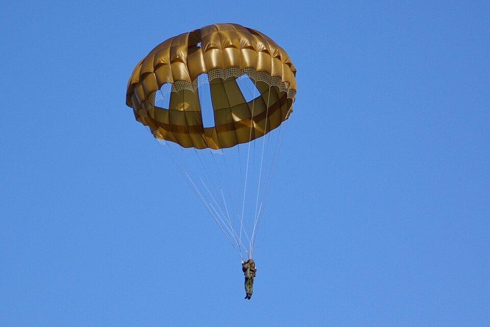 Czasami opór należy zwiększyć. Szeroka czasza spadochronu doznaje ogromnego oporu powietrza, dzięki czemu spadochroniarz opada powoli imoże bezpiecznie wylądować na ziemi