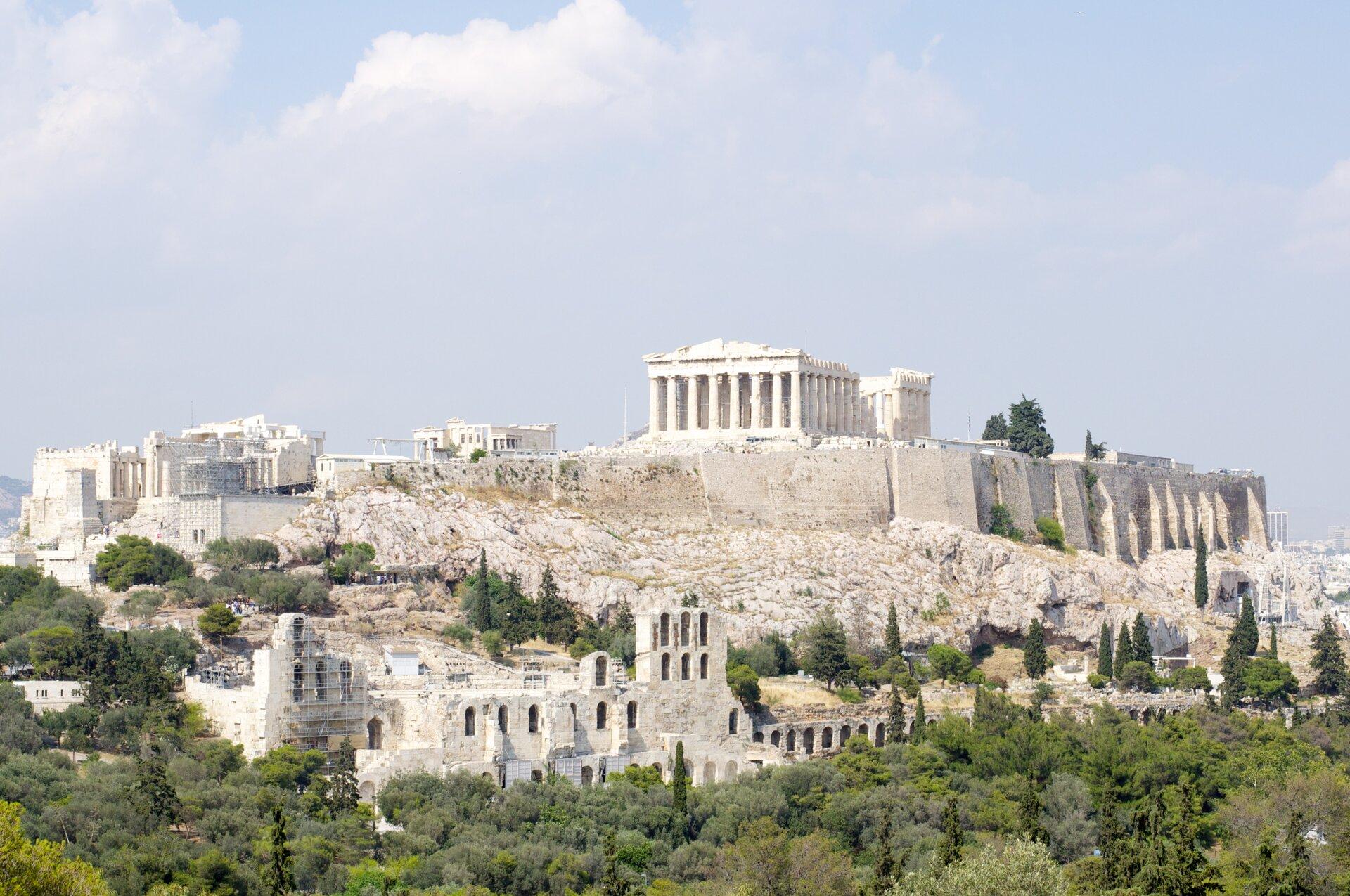 Fotografia czwarta prezentuje ruiny świątyń ipozostałości innych budowli na wzgórzu Akropolu.